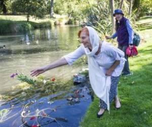 انداختن گل از سوی زنانی با مذاهب مختلف به داخل رود