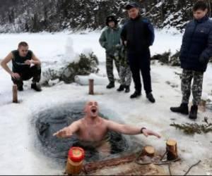 آبتنی معلم در رود یخزده