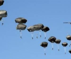 فرود دهها هزار سرباز آمریکایی با چتر