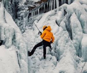 تصاویری از یخ نوردی در آبشار یخ زده گنجنامه