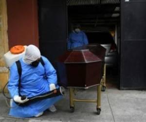 ضدعفونی کردن تابوت یک فوتی کرونایی در شهر