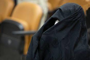 پوشش عجیب یک خانم در دادگاه حسین هدایتی +عکس