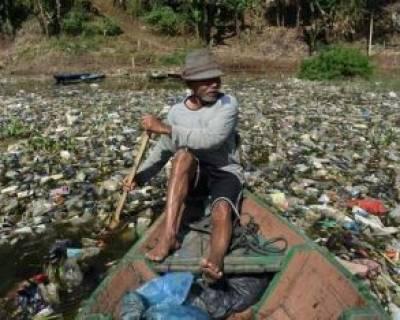 جمعآوری ضایعات پلاستیکی از رودخانه در جاوه اندونزی